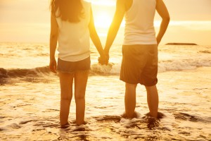 Paar am Strand in Beziehung